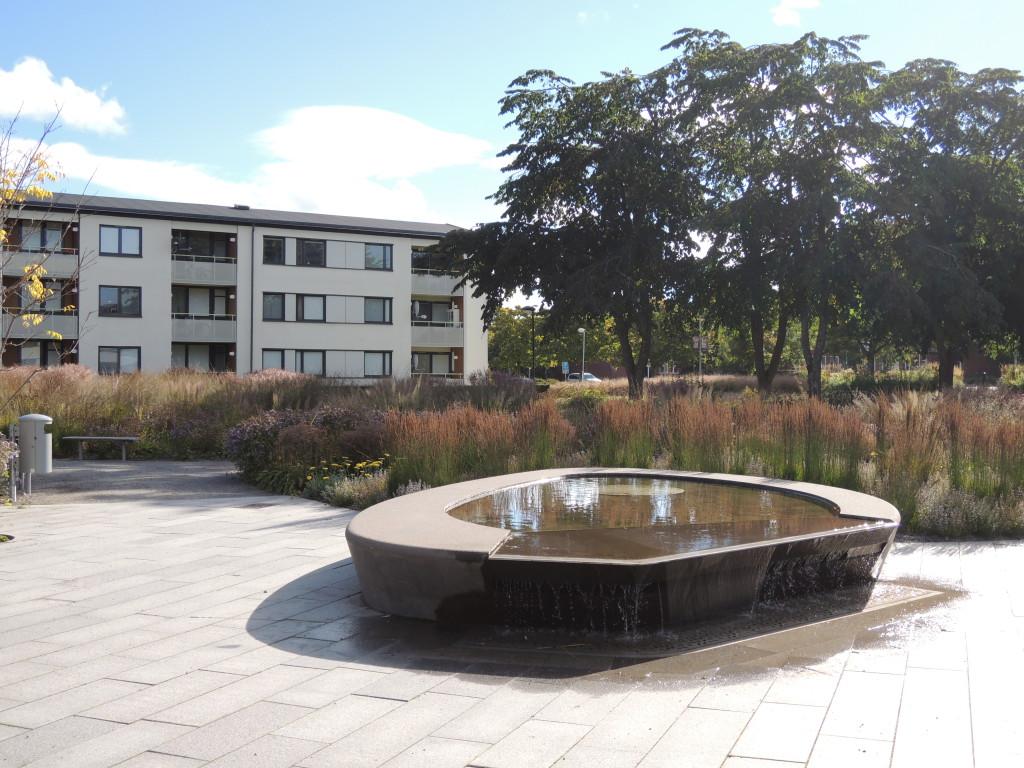 Parkens centrum är den upphöjda vattenanläggningen med sittplatser runt om, här är en naturlig mötesplats.